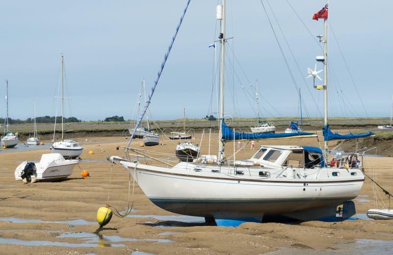 Norfolk-Küstenlinie, blaue Himmel der Segelboote stockfotos