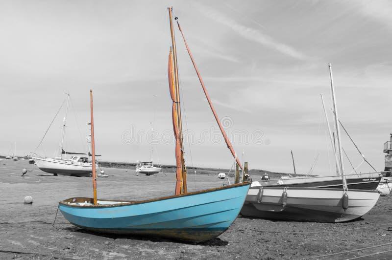 Norfolk kustlinje, blåa himlar för segelbåtar royaltyfri foto