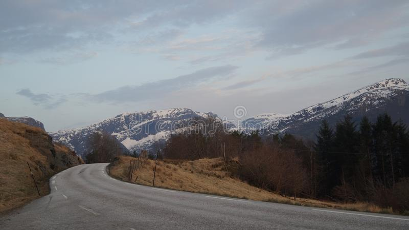 Norge bergsikt i afton arkivfoton