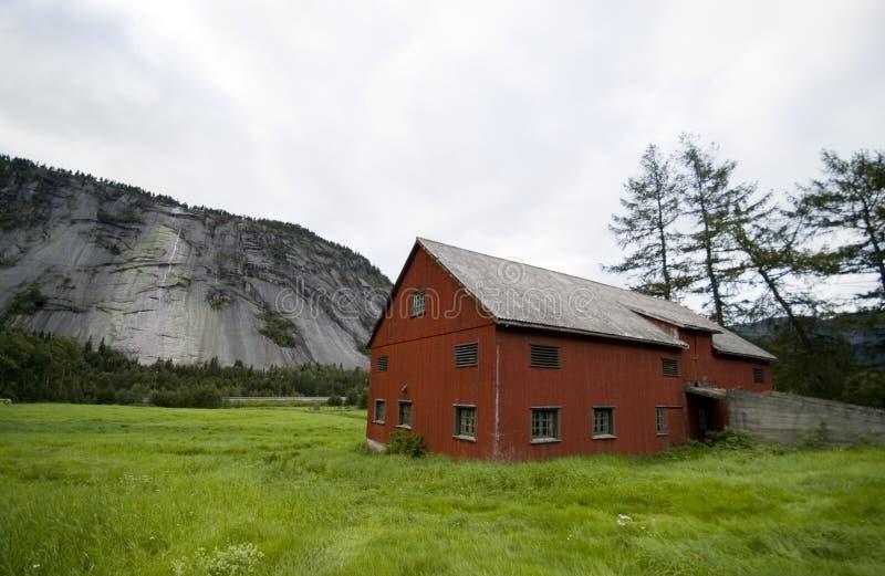 Norge, ladugård och berg arkivfoton