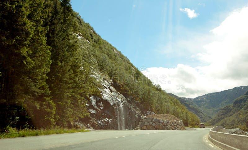 Norge landskap med berg och vattenfall sju systrar på sommartid Norge natur och loppbakgrund Kameran svävar royaltyfri foto