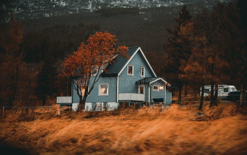 Norge traditionellt trähus arkivfoto