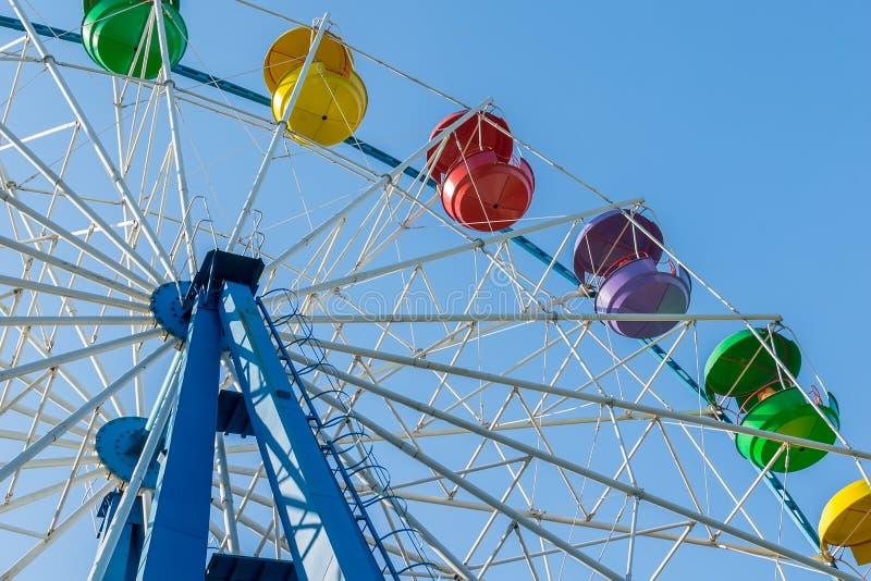 Noria del parque de atracciones con las cestas coloridas de asientos imagen de archivo