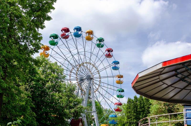 Noria en el parque de la ciudad fotos de archivo libres de regalías