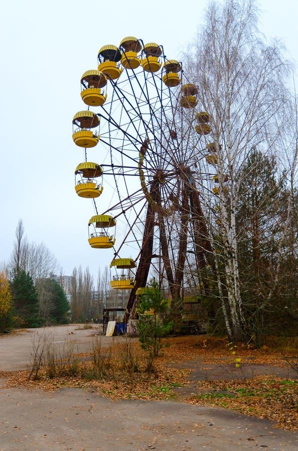 Noria en parque de atracciones en el pueblo fantasma abandonado muerto de Pripyat, zona de exclusión de Chernóbil, Ucrania foto de archivo