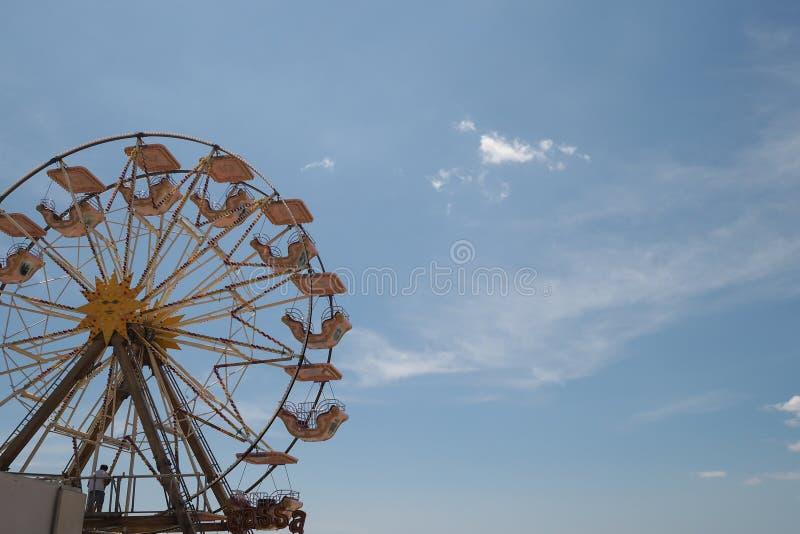 Noria retra delante de un cielo azul, nostalgia del verano imagenes de archivo