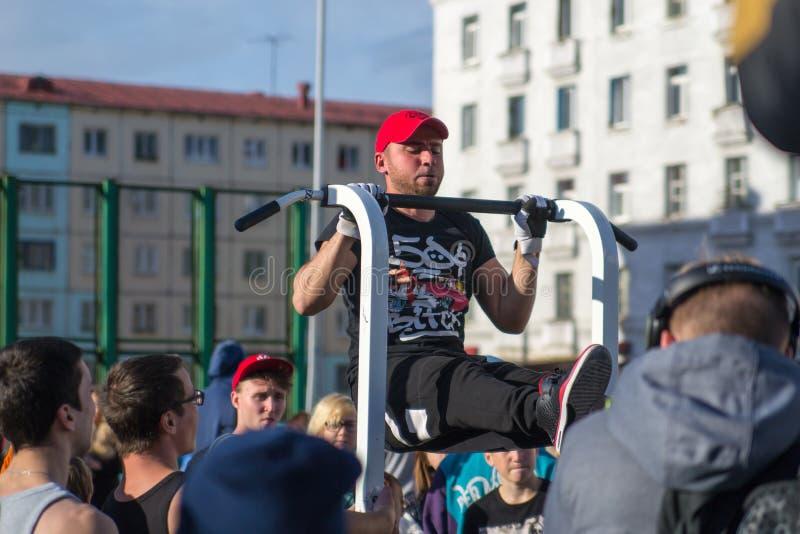 NORILSK, RUSSIE - 7 JUILLET 2016 : La séance d'entraînement de rue a chronométré à la célébration du jour la ville photo stock