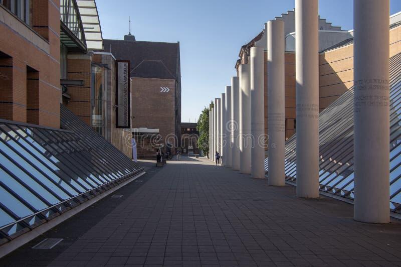 Norimberga/GERMANIA - 17 settembre 2018: Architettura moderna - modo dei diritti umani con le colonne fotografia stock libera da diritti