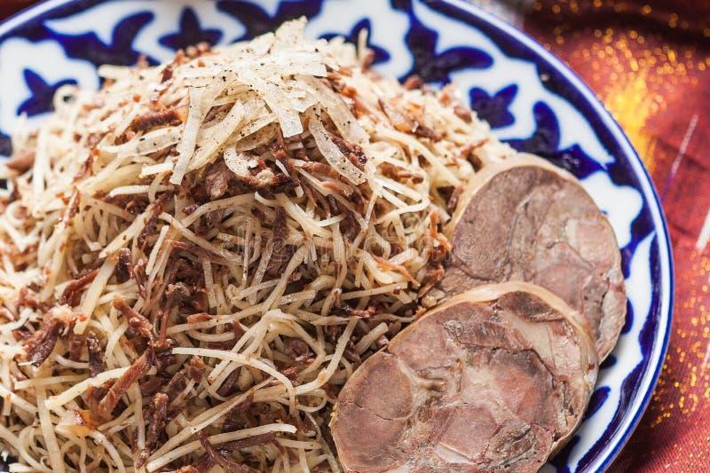 Norin national de nourriture d'Ouzbékistan sur des adras traditionnels de tissu image stock