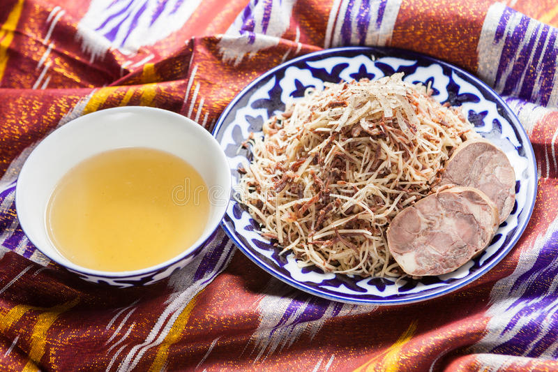 Norin national de nourriture d'Ouzbékistan sur des adras traditionnels de tissu photo stock