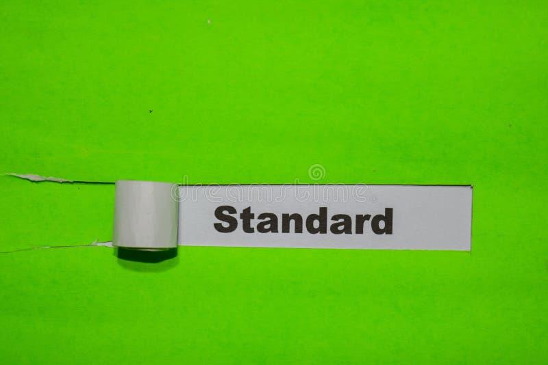 Norm, Inspiratie en bedrijfsconcept op groen gescheurd document stock foto's