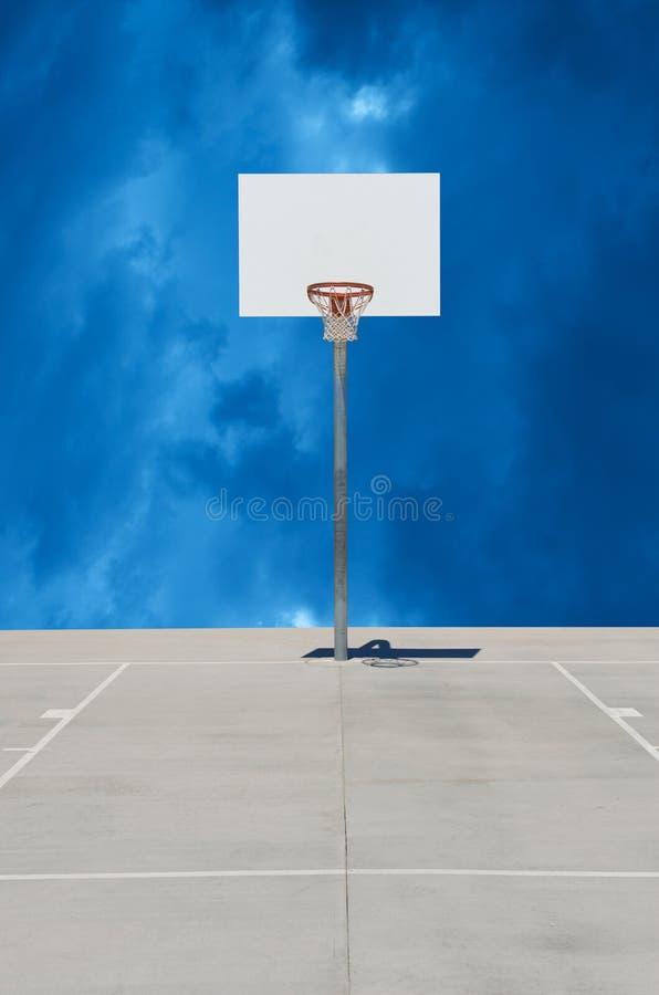 Norma bianca pura o piano di sostegno di pallacanestro con fondo nuvoloso immagini stock