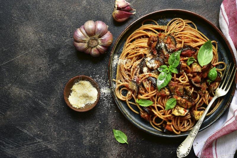 Norma del alla de los espaguetis - pastas italianas tradicionales con las berenjenas fotos de archivo