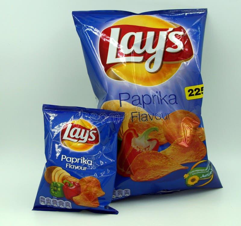 Normal påse och mini- påse av Lays Paprika Chips arkivfoto