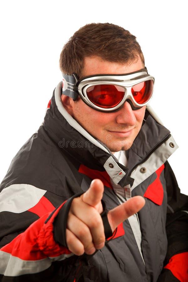 Normaler Mann in den Skischutzbrillen und in der Skijacke stockfoto