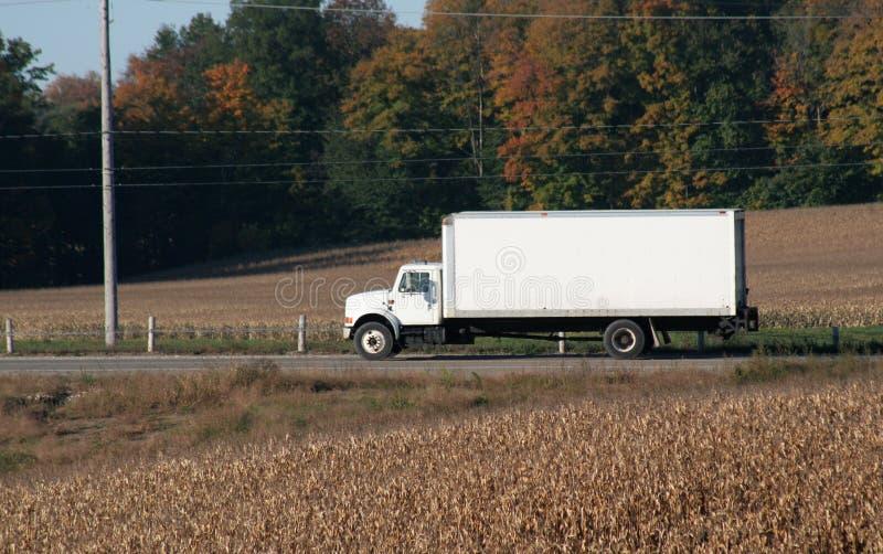 Normaler weißer beweglicher LKW lizenzfreie stockbilder