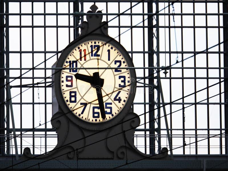 Normaluhr im Bahnhof, Leutehintergrund lizenzfreies stockbild