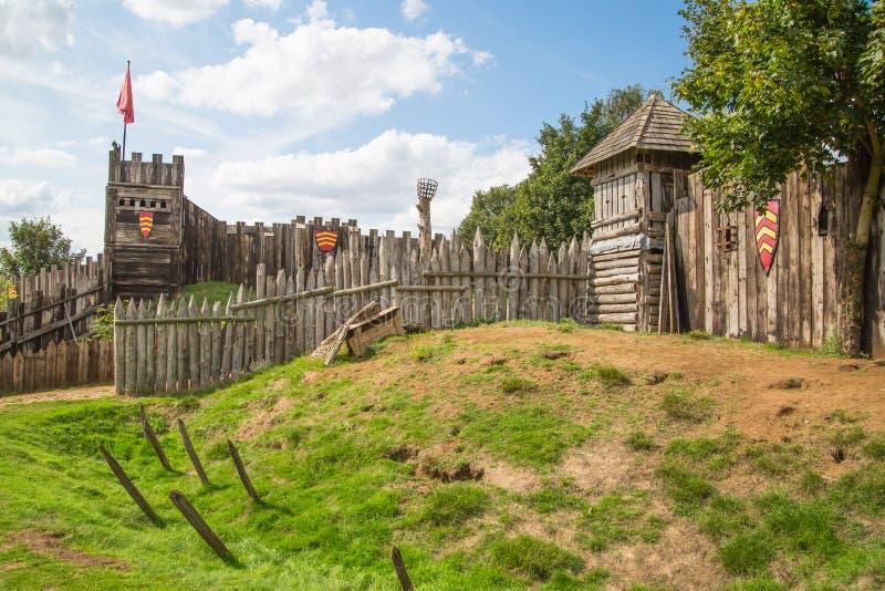 Norman kasteel, dorpswederopbouw, die terug naar 1050 wordt gedateerd Onderwijscentrum voor jonge geitjes met demonstratie van he royalty-vrije stock afbeeldingen