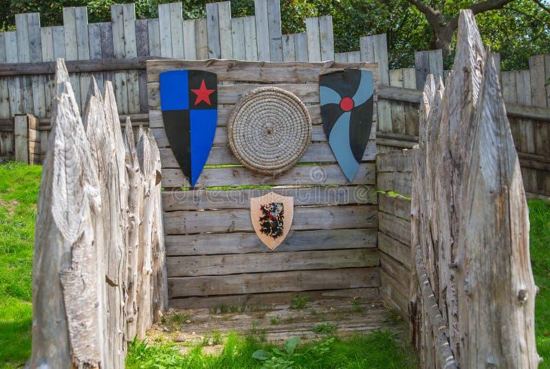 Norman kasteel, dorpswederopbouw, terug naar 1050 wordt gedateerd die Onderwijscentrum voor jonge geitjes met demonstratie van he royalty-vrije stock afbeelding