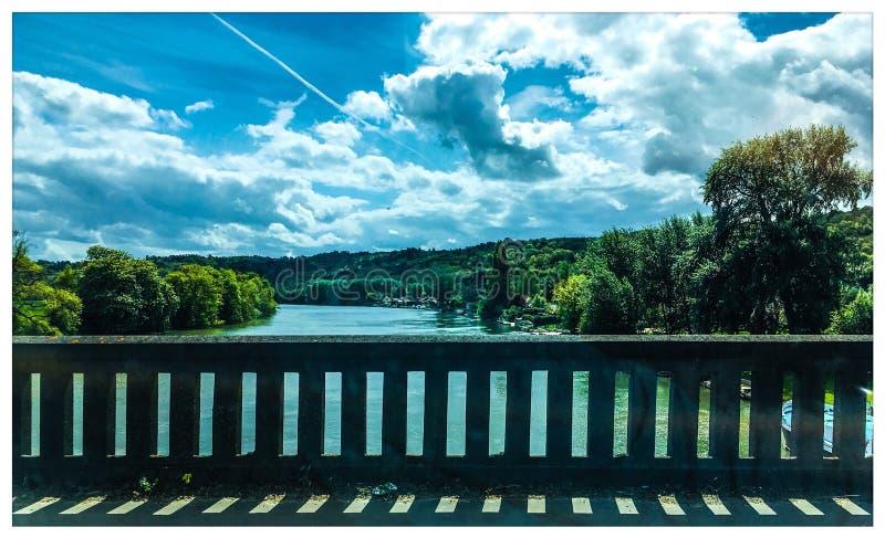 Norman landschap van een brug die de Zegen overspannen stock foto's
