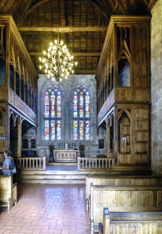 Norman stijlkapel in het paleis van de Hertogen van Braganza met polychrome en leaded vensters en grote houten structuren royalty-vrije stock foto