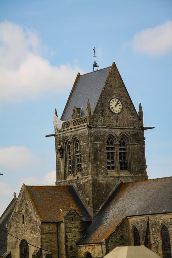 Normandía, Francia; 4 de junio de 2014: El paracaidista aerotransportado consigue pegado en una iglesia en el santo simple Eglis imagenes de archivo