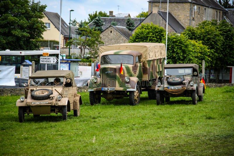 Normandía, Francia; 4 de junio de 2014: Imagen de dos Kugelwagen y un camión de ejército alemán en Normandía en un campo Reconstr imágenes de archivo libres de regalías