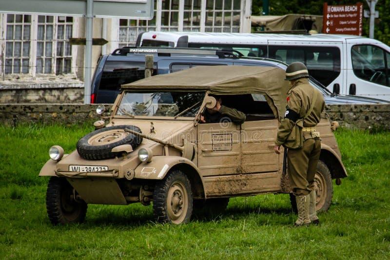 Normandía, Francia; 4 de junio de 2014: Imagen de un kugelwagen del ejército alemán en Normandía en un campo Reconstrucción en el foto de archivo libre de regalías