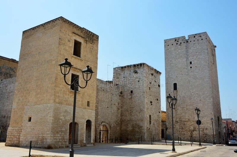 Normand-Swabian slott av Bisceglie med Torre Maestra det normandiska tornet på rätten, Apulia royaltyfria foton