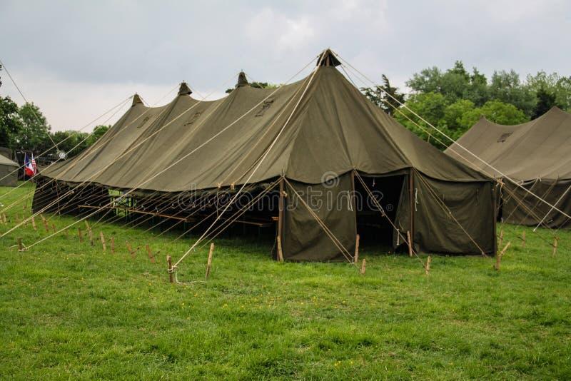 Normandië, Frankrijk; 4 Juni 2014: Weergeven van recreatiekamp in Normandië voor de 70ste verjaardag met voertuigen en tenten stock foto's