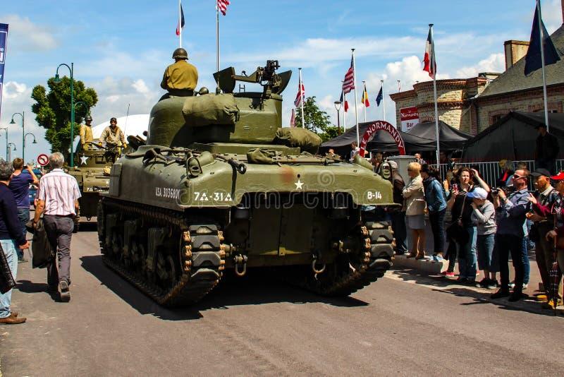 Normandie, Frankreich; Am 4. Juni 2014: Normandie, Frankreich; Am 4. Juni 2014: Weinlese U S Beh?lter der Armee WWII Sherman auf  lizenzfreies stockfoto