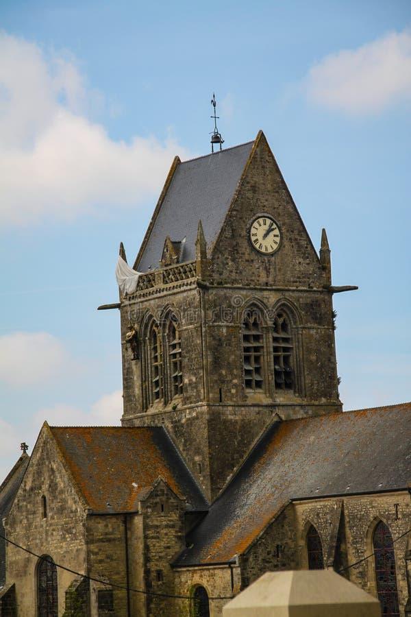 Normandie Frankrike; 4 Juni 2014: Den luftburna fallskärmsjägaren får klibbad på en kyrka i Sanka bara Eglise i Normandie und royaltyfri bild