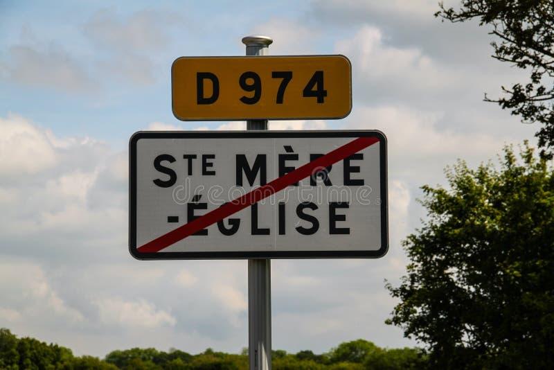Normandie Frankrike; 4 Juni 2014: Sainte bara Eglise vägmärke av staden arkivbild