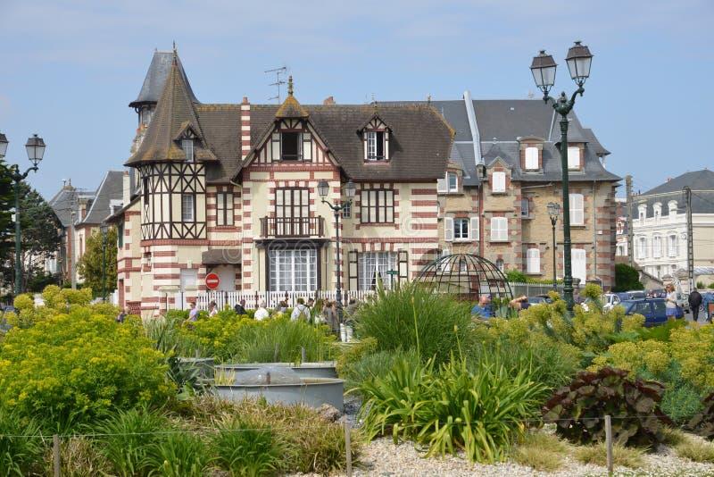 Normandie, la ville pittoresque de Cabourg en été images stock