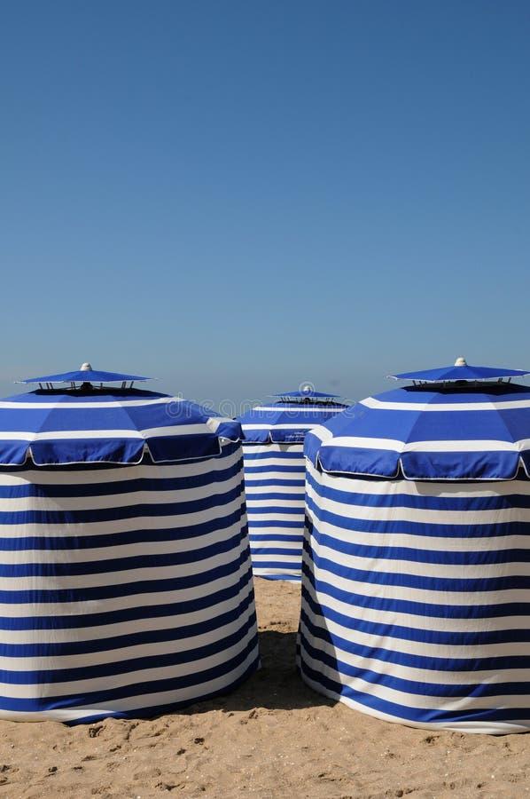 Normandie, tentes bleues sur la plage de Cabourg photographie stock
