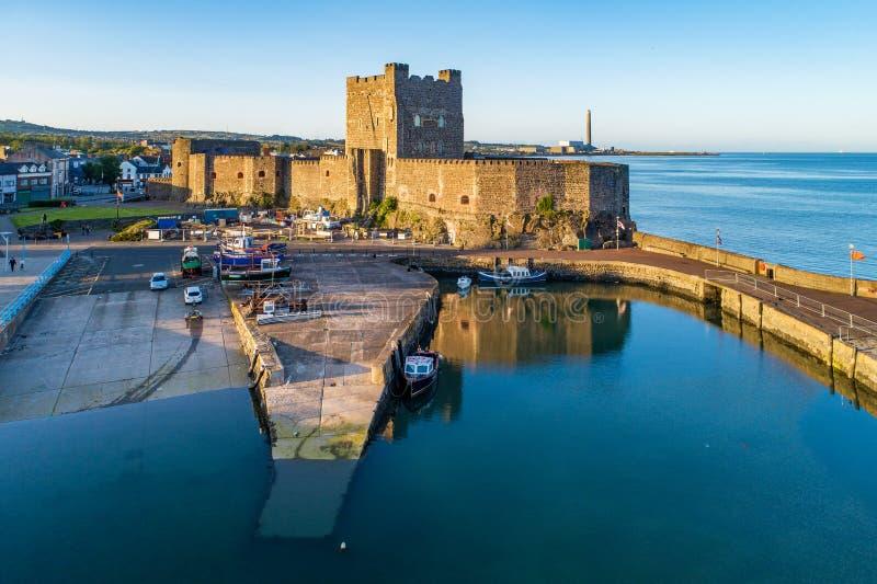 Normandisk slott och marina i Carrickfergus nära Belfast arkivfoton