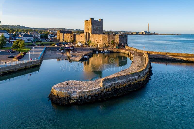 Normandisk slott och marina i Carrickfergus nära Belfast royaltyfri fotografi