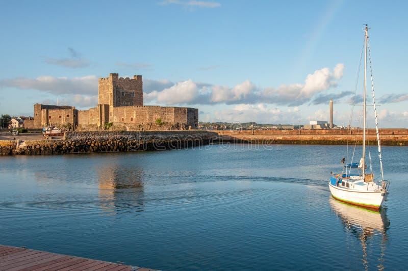 Normandisk slott och yacht i Carrickfergus n?ra Belfast royaltyfri fotografi