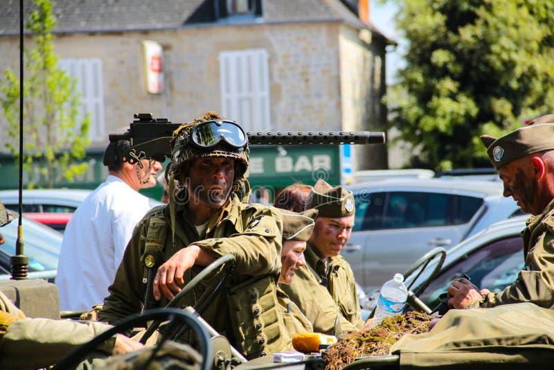 Normandy, Francja; 4 2014 Czerwiec: Odtwarzanie Amerykański żołnierz w Normandy z kamuflaż twarzą zdjęcie stock