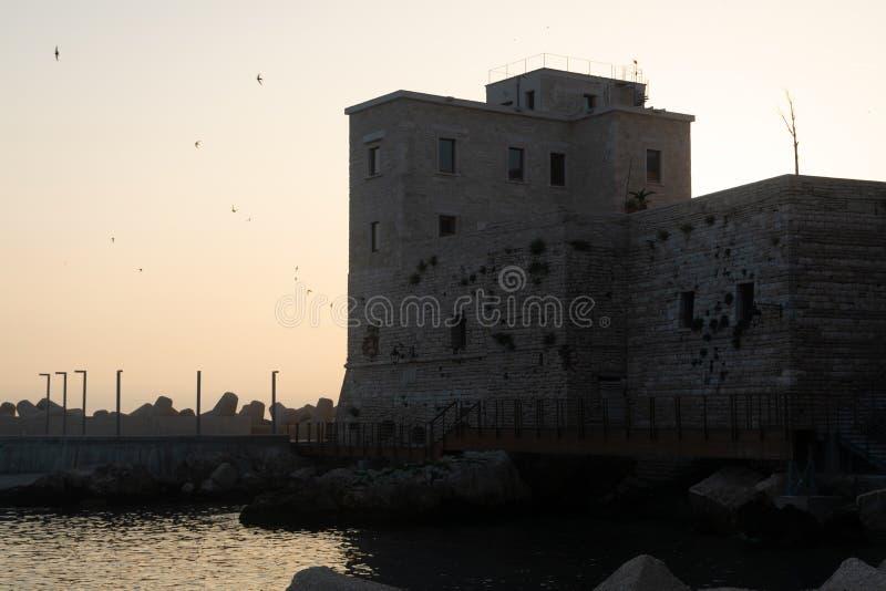 Normann slott i den gamla lilla staden Giovinazzo nära Bari, Apulia, I fotografering för bildbyråer