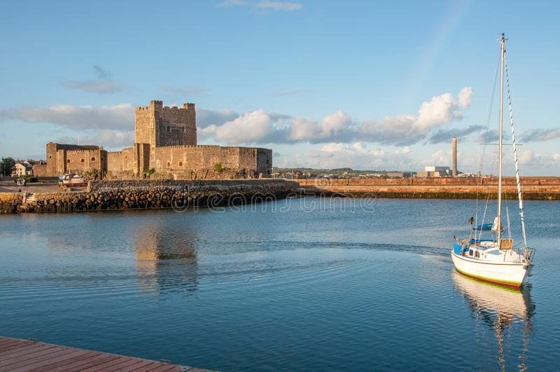 Normannisches Schloss und Yacht in Carrickfergus nahe Belfast lizenzfreie stockfotografie