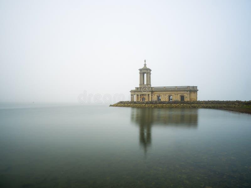 Normantonkerk in mist stock foto's