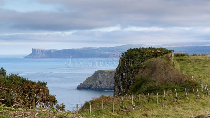 Norr Antrim seglar utmed kusten, nordligt - ireland royaltyfria foton