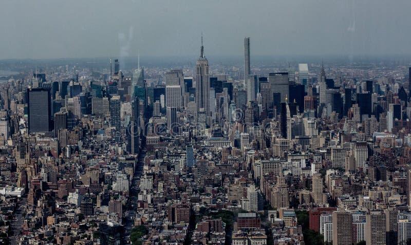Norr belägen mitt emot skott av Empire State Building och midtownen Manhattan från det finansiella området arkivbilder