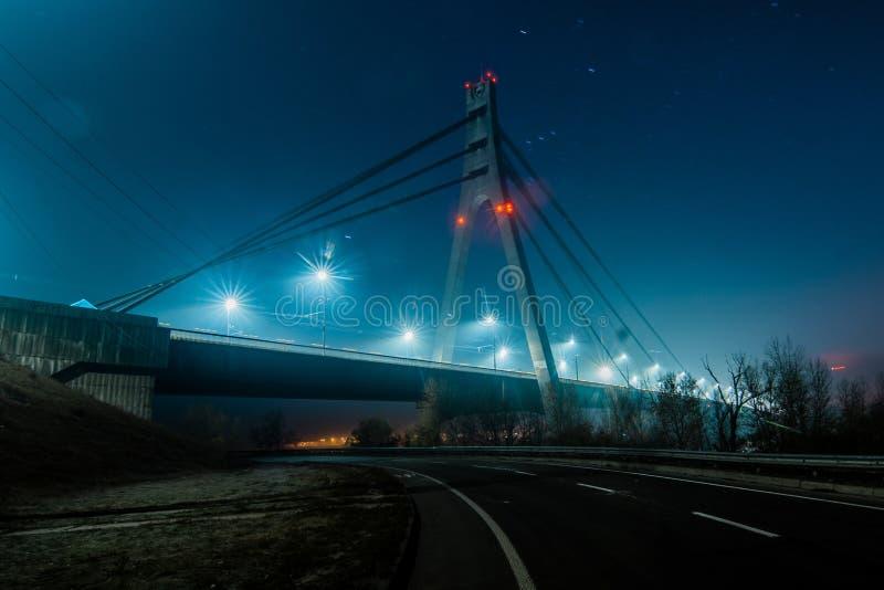 Norr bro för Moskva, nattpanorama på upplyst konstruktion royaltyfri foto