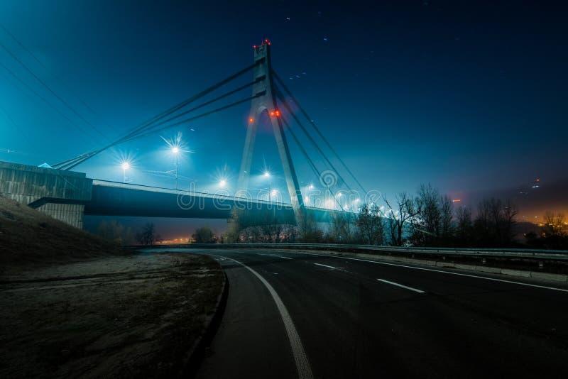 Norr bro för Moskva, nattpanorama på upplyst konstruktion royaltyfria bilder