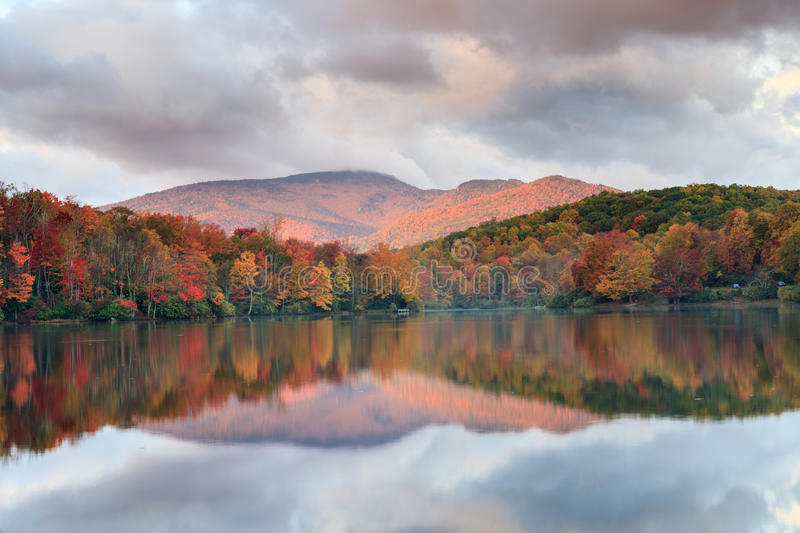 Norr Carolina Price Lake Autumn Blue Ridge royaltyfri fotografi