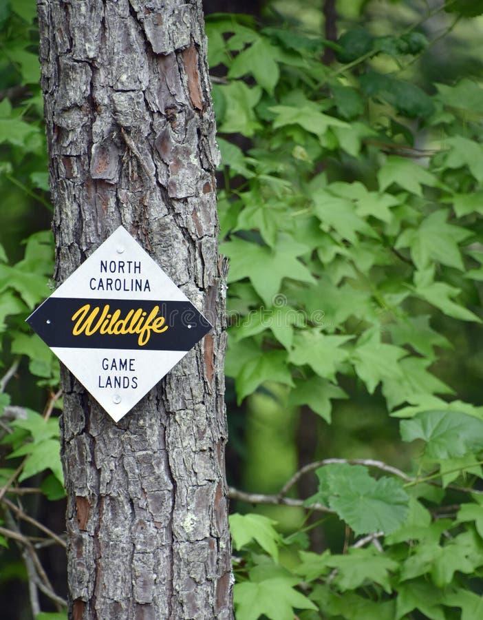 Norr Carolina Wildlife Game Lands Sign som postas på ett träd arkivfoton