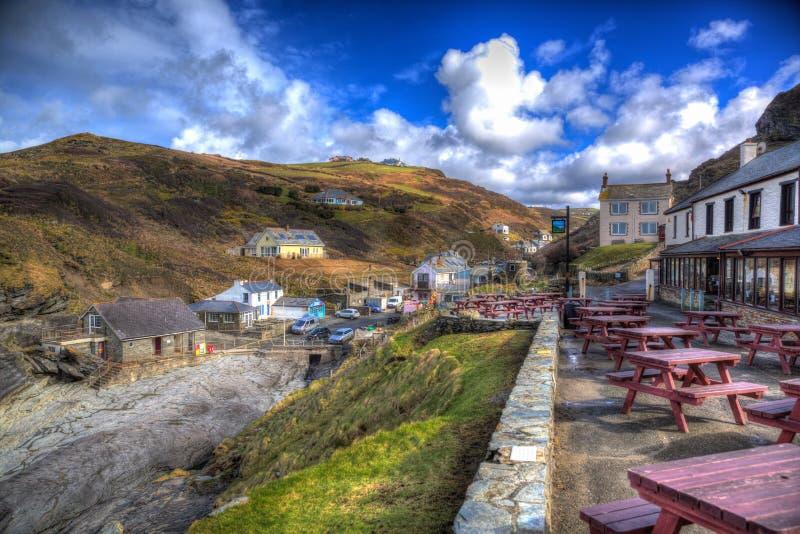 Norr Cornwall England UK för Trebarwith tråd kust- by i färgglade HDR arkivbilder