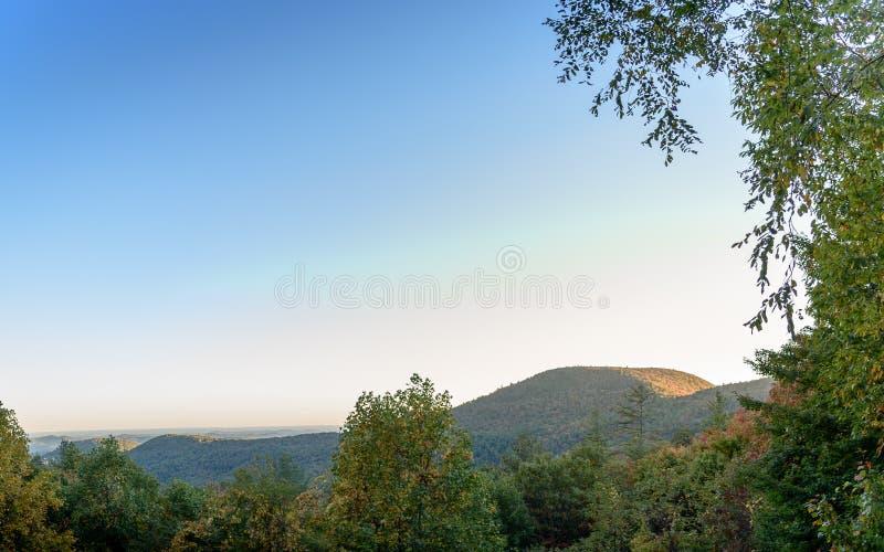 Norr Georgia Mountains solnedgång under nedgångsäsong med överflöd av negativt utrymme royaltyfri bild